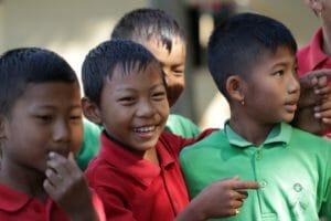 Škola Modré rybky pomohla získat základní vzdělání už více jak devadesáti dětem z vesnice Thayong a dostala se do indického školského systému.